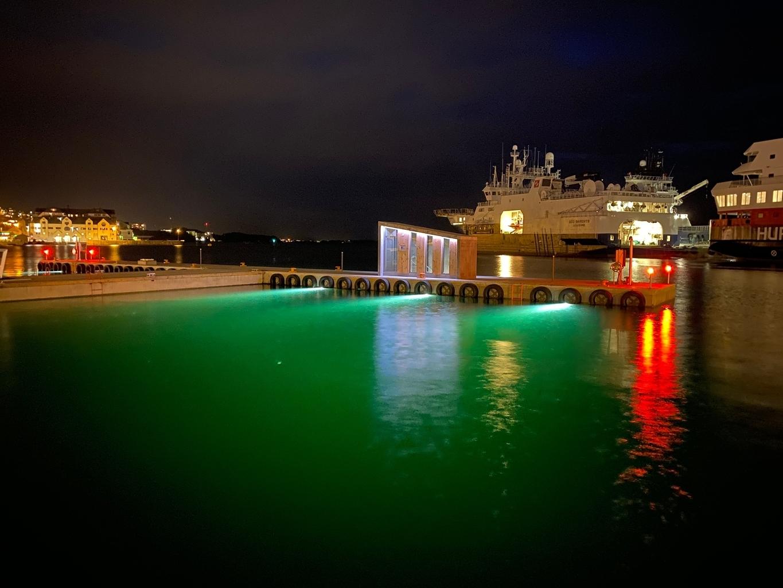 https://www.marinasolutions.no/uploads/Ålesund-havn_Rådhusbrygga_undervannsbelysning_flytekai-3.jpg