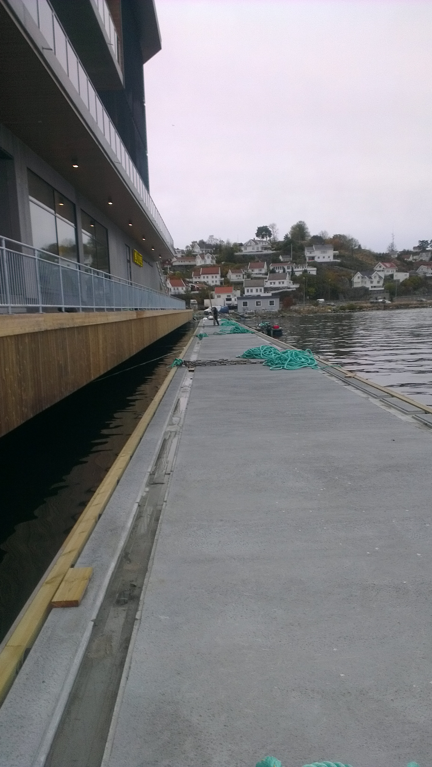 https://marinasolutions.no/uploads/100m-betongbrygge-under-montering-i-Arendal.jpg