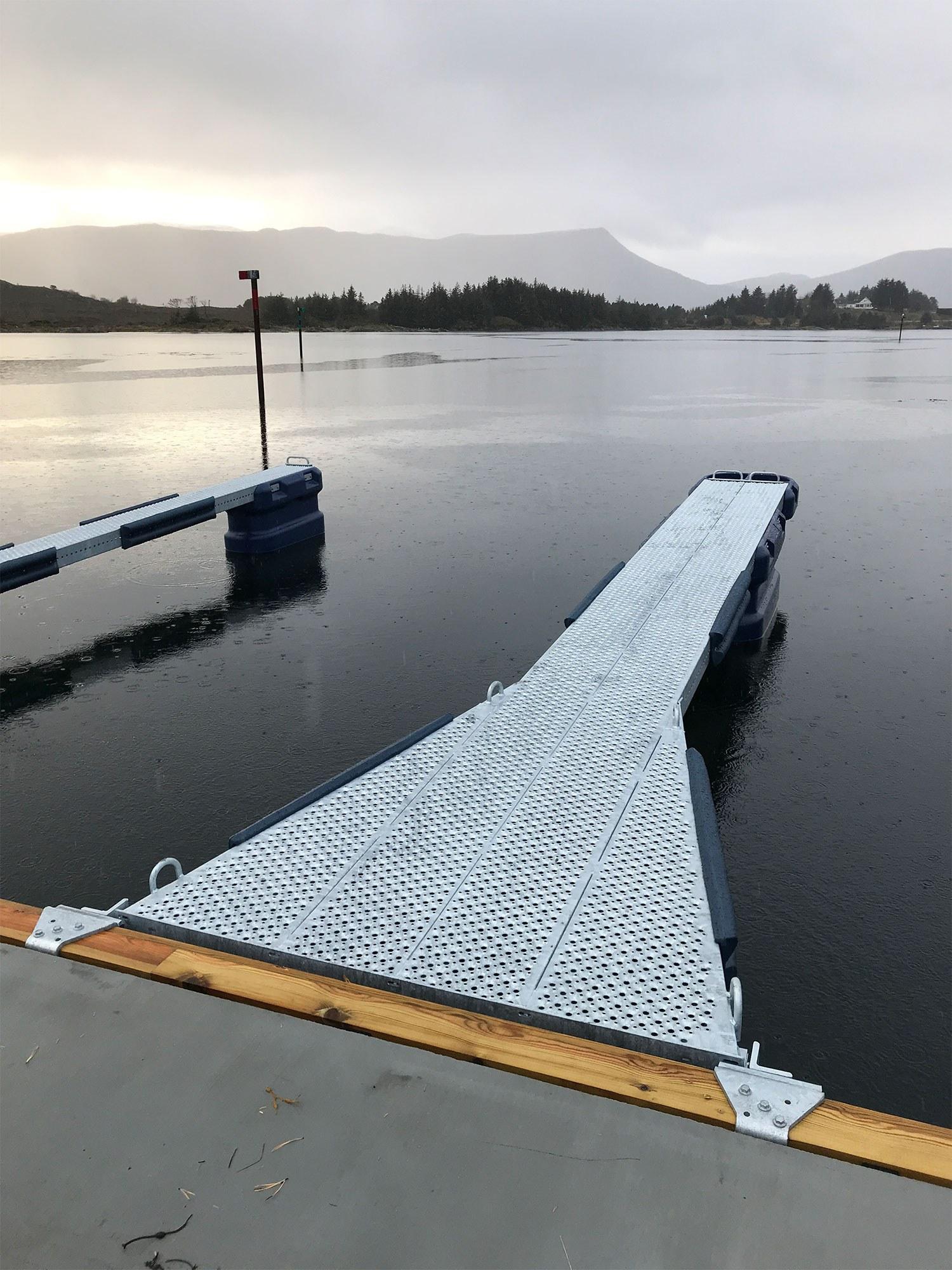 https://www.marinasolutions.no/uploads/6-meter-utrigger-med-sklisikkert-dekke.-Bryggeanlegg-Fosnavaag.jpg