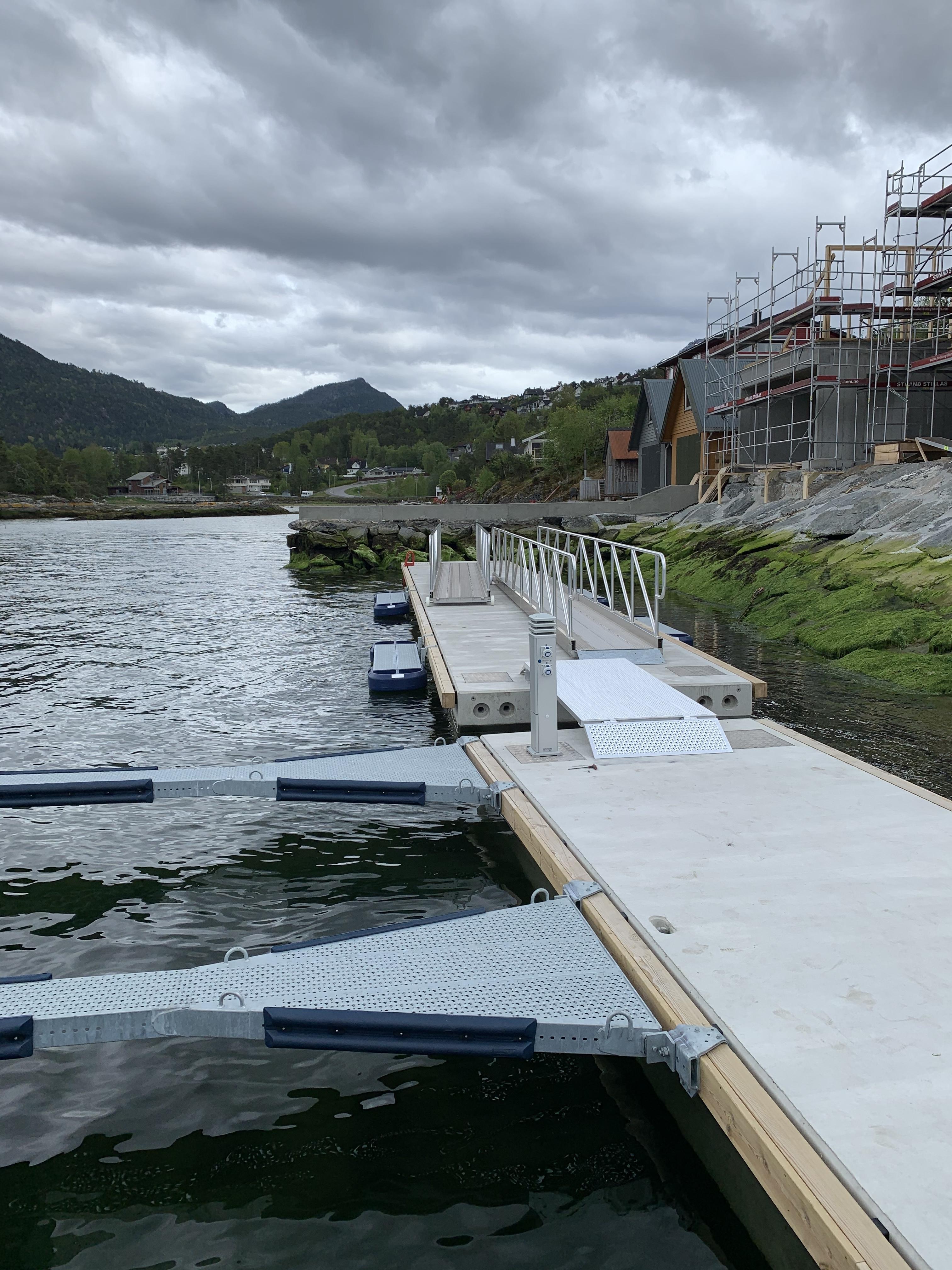 https://marinasolutions.no/uploads/Felleskapet-Elvaneset-75-meter-betongbrygge-og-18-båtplasser-2.jpg