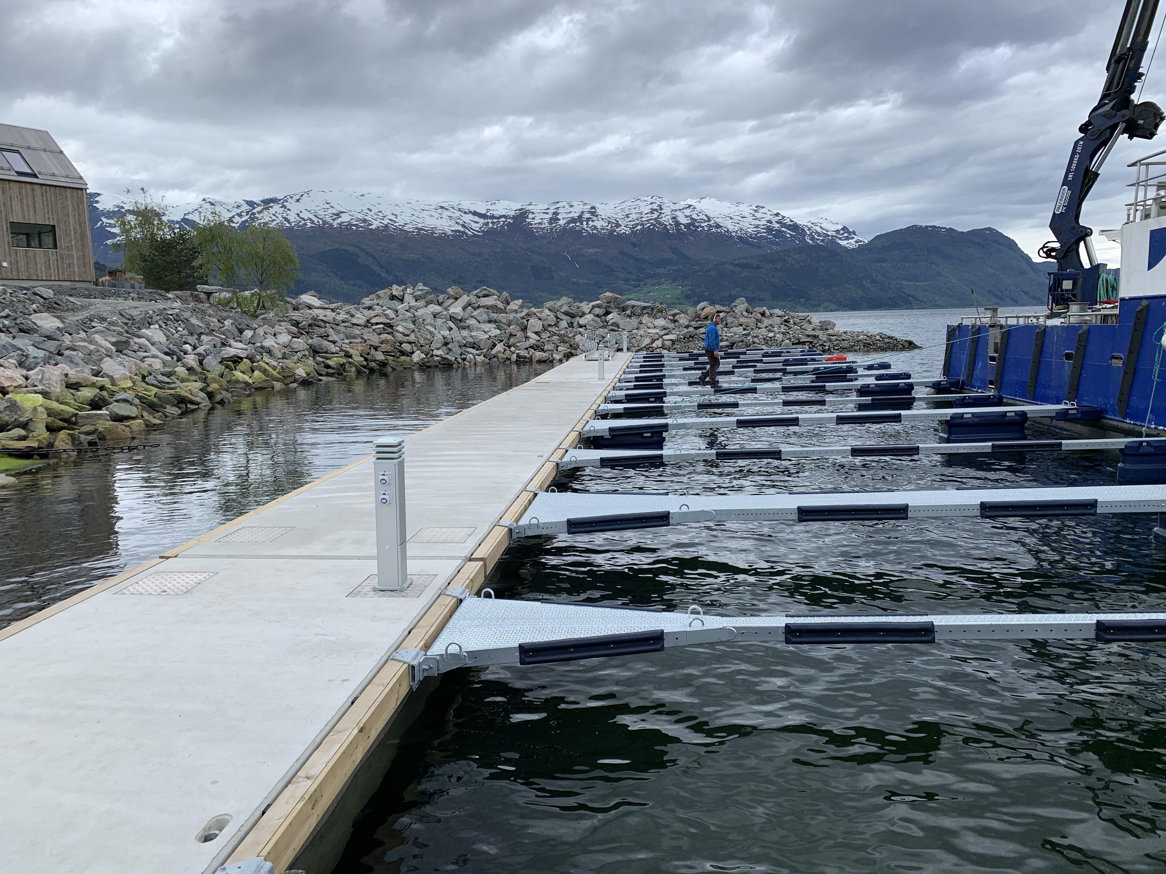 https://marinasolutions.no/uploads/Felleskapet-Elvaneset-75-meter-betongbrygge-og-18-båtplasser-4.jpg