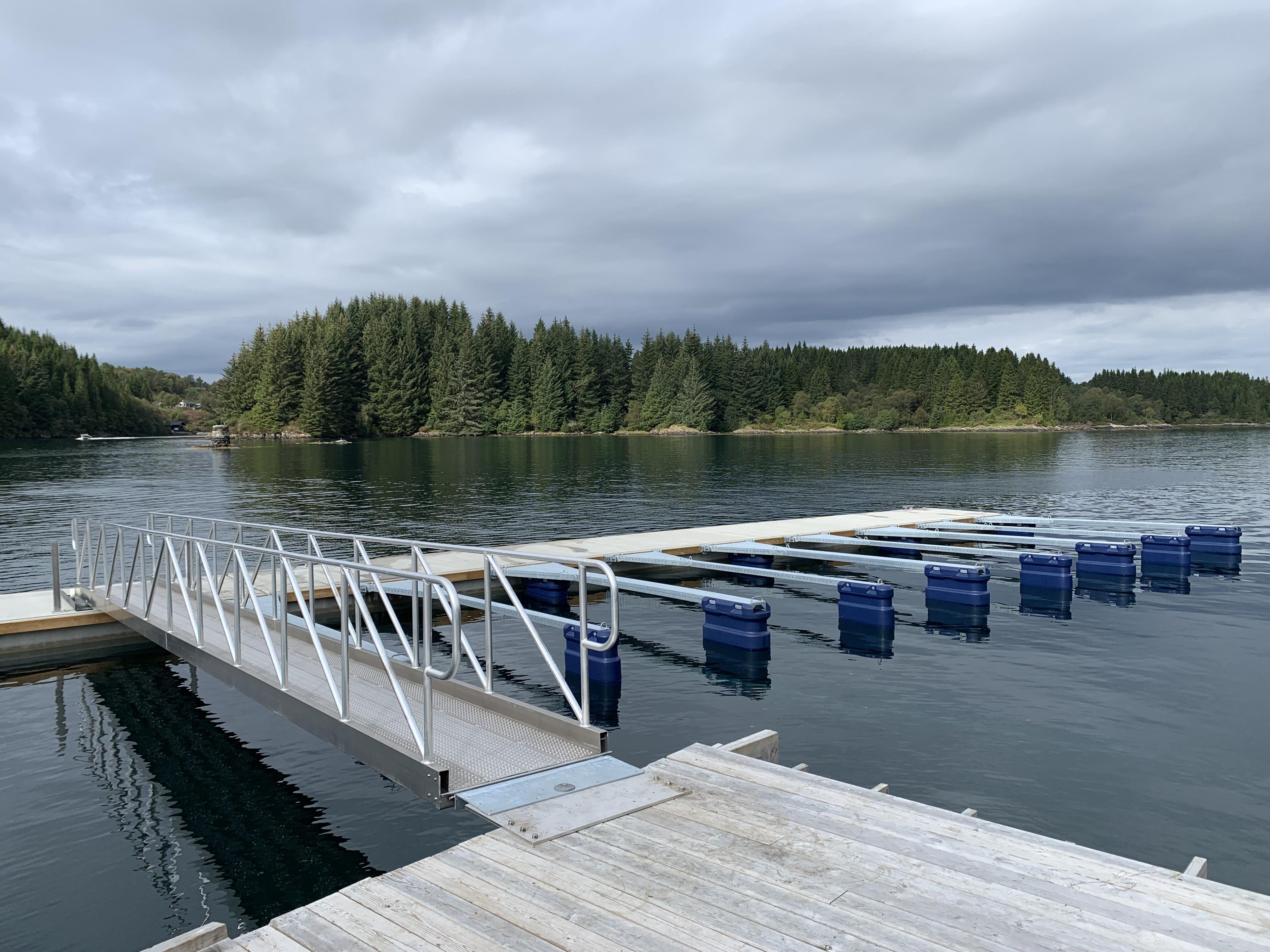 https://marinasolutions.no/uploads/Feste-Nærkjøp_ny-marina-betongbrygge_båtplasser.jpg