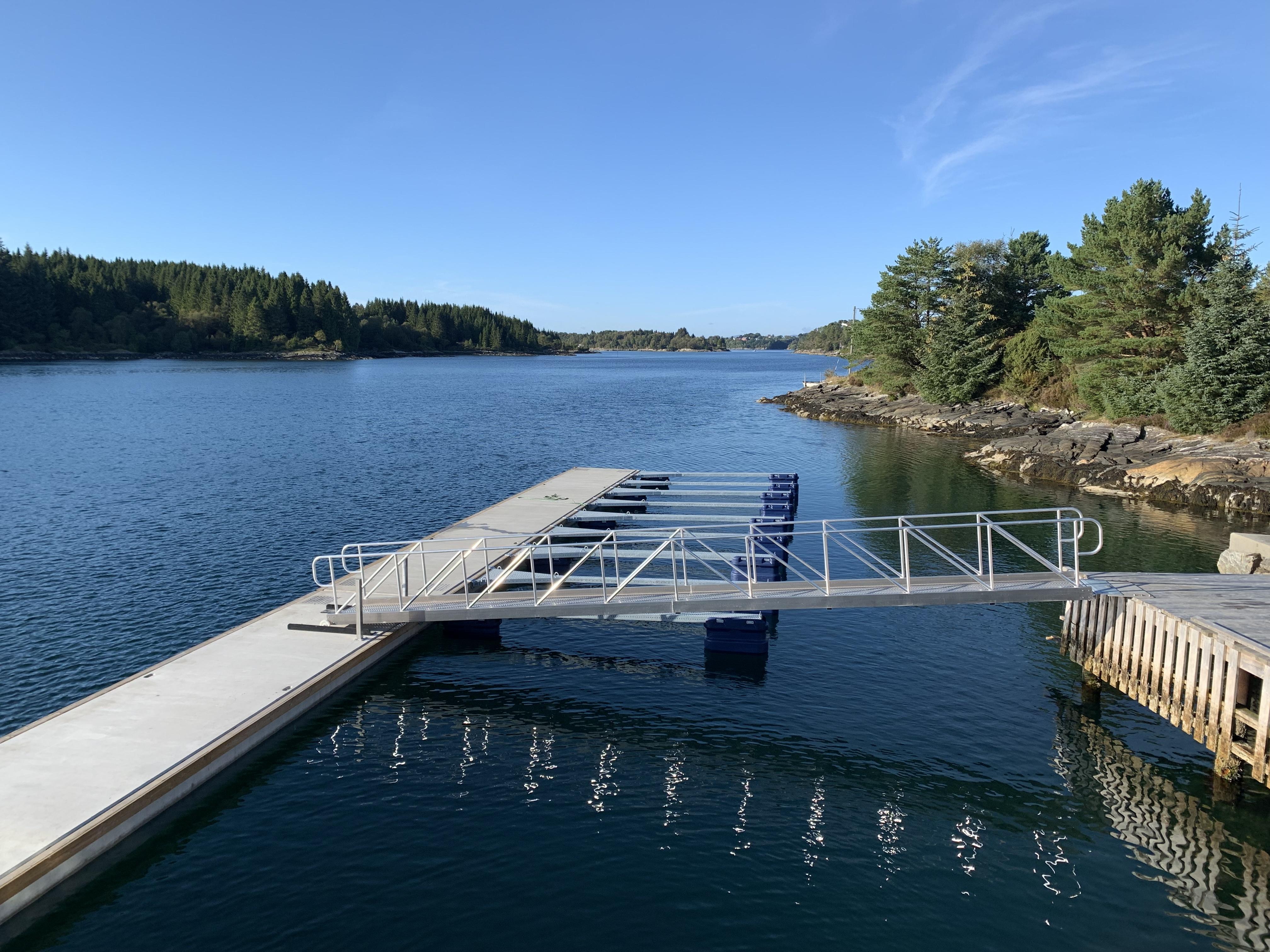 https://marinasolutions.no/uploads/Flytebrygge-i-betong-til-Feste-Nærkjøp_uteliggere_båtplasser_Seim.jpg
