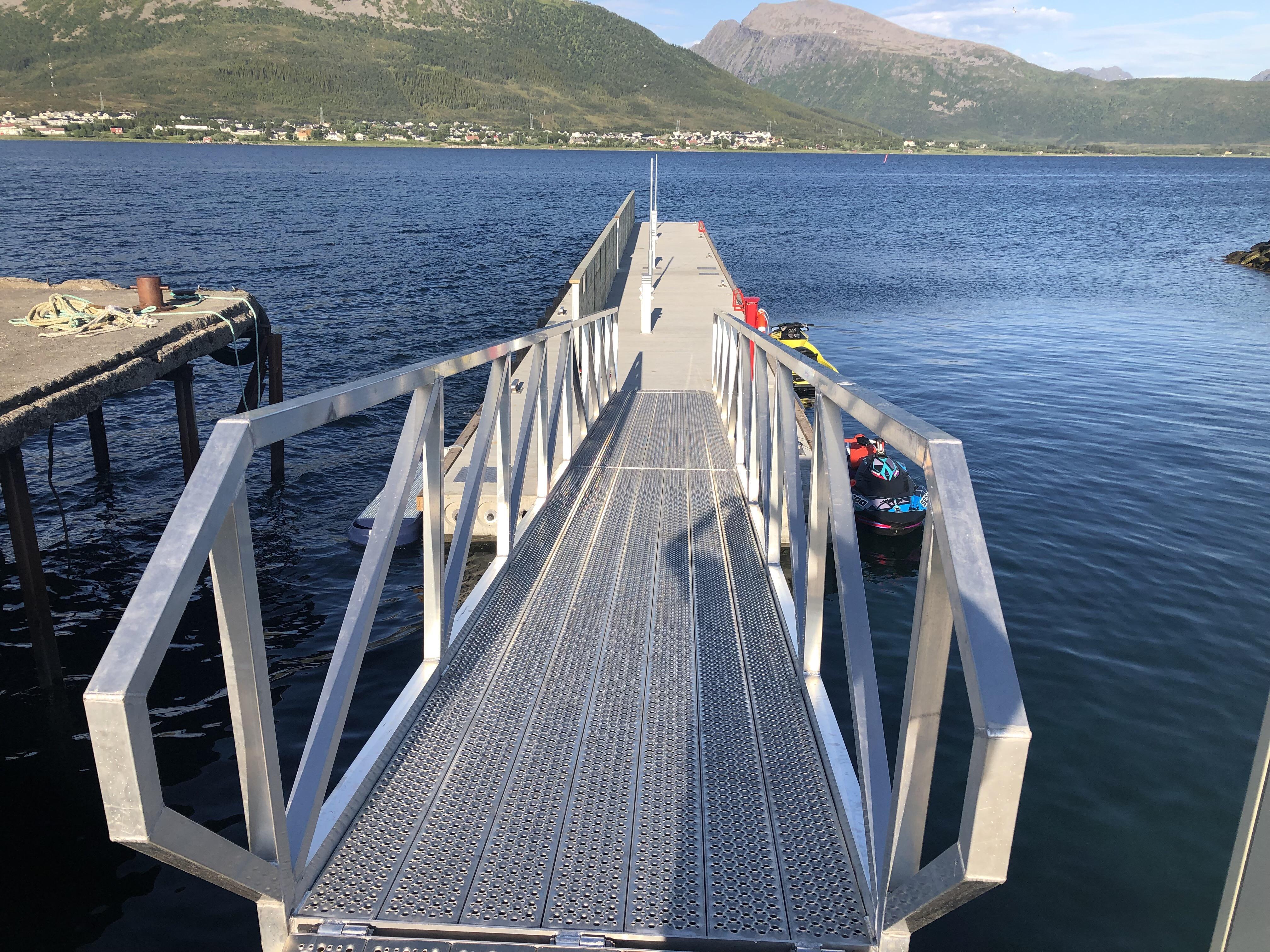 https://www.marinasolutions.no/uploads/Flytebrygger-Sortland-Torghuken-sos-post-redningsleider-heavy-duty-landgang-fiskeri-og-havbruk.JPG