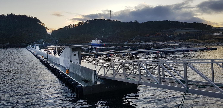 https://marinasolutions.no/uploads/Flytemolo-i-Øygarden-under-installering-av-Marina-Solutions-webformat.jpg