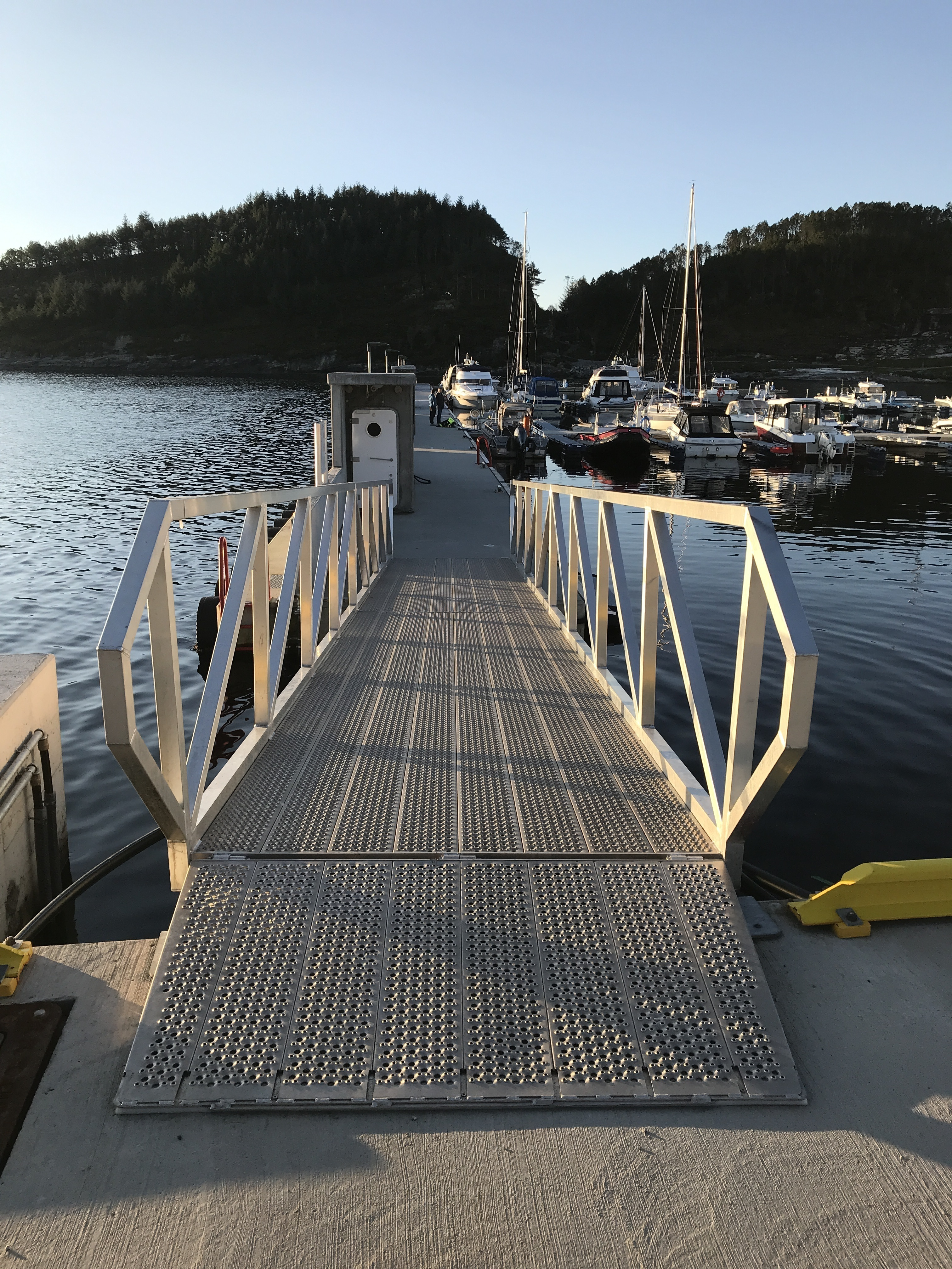 https://marinasolutions.no/uploads/Flytemolo_rennebrygger_landgang-Hjeltefjorden-Båtlag-og-Gjestehavn-1.JPG