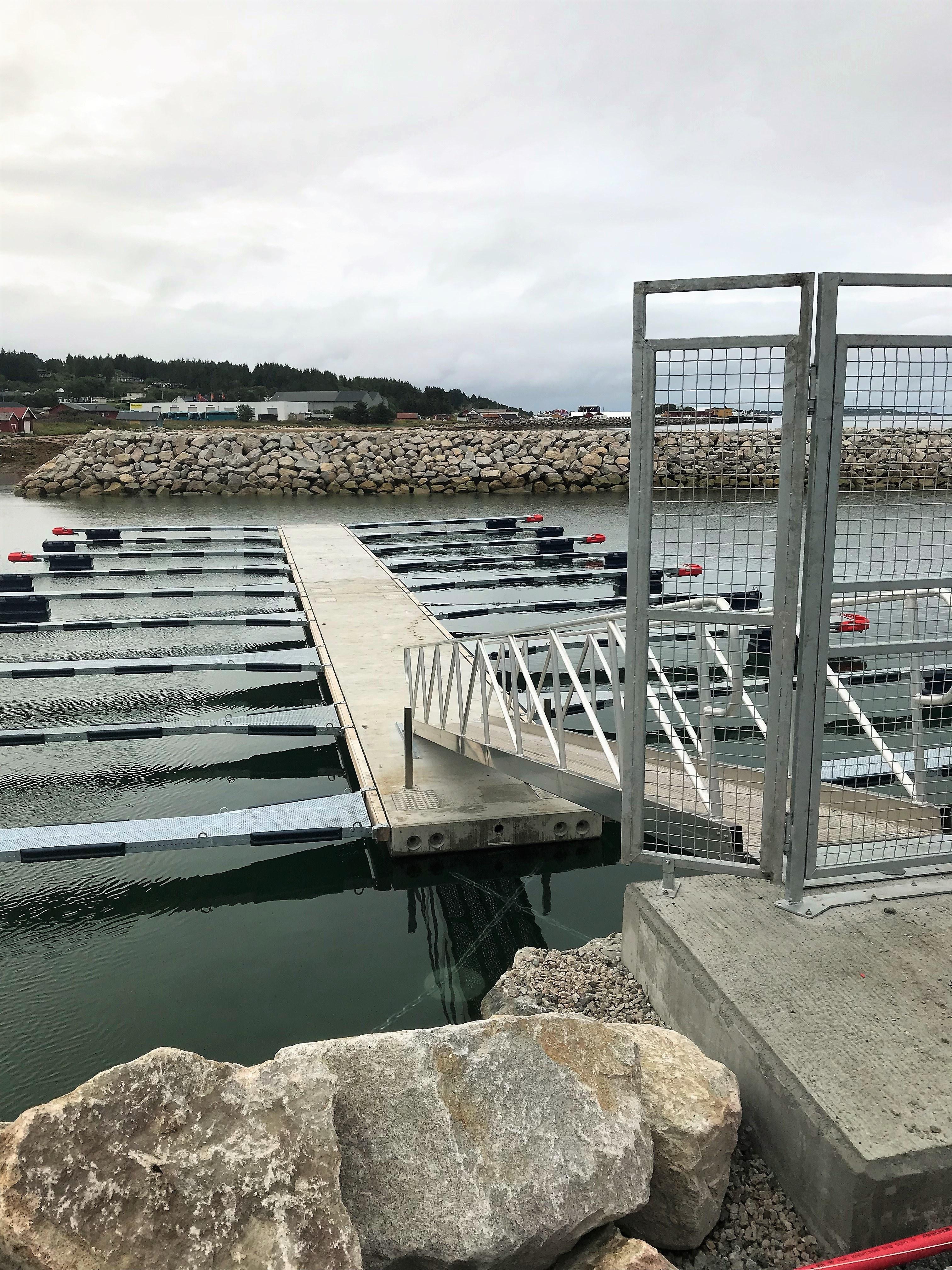 https://marinasolutions.no/uploads/Guri-Kunna-VGS-småbåtanlegg-port-2.jpg