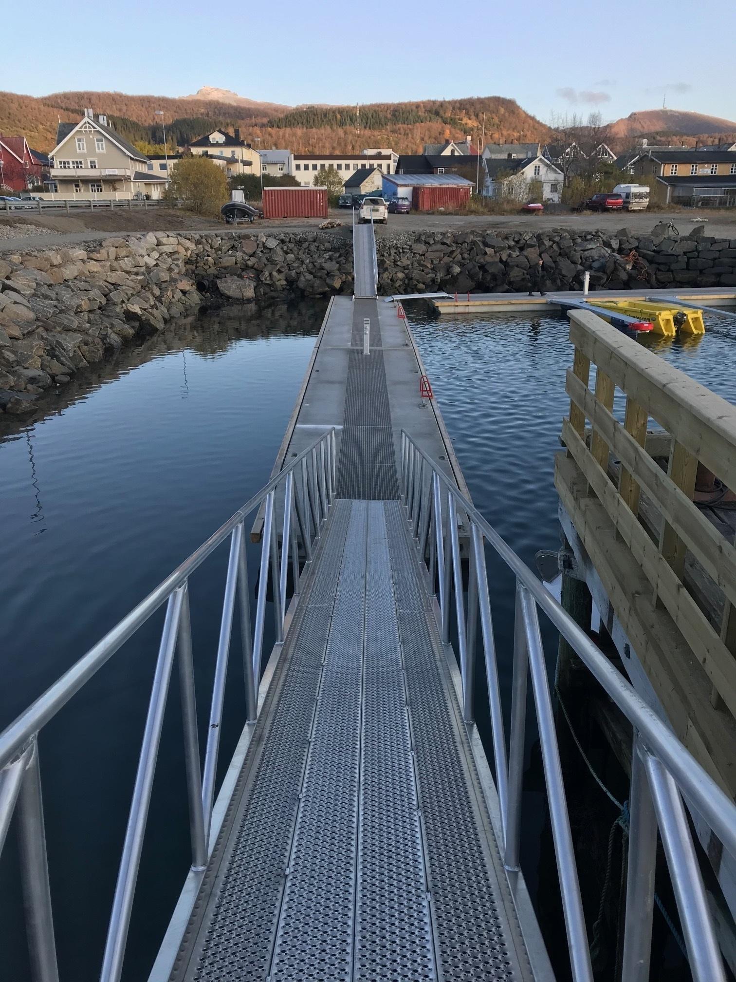 https://marinasolutions.no/uploads/Hadsel-havn-melbu-snøfrie-betongbrygger-marina-solutions-Tallykey-strømposter-3.jpg