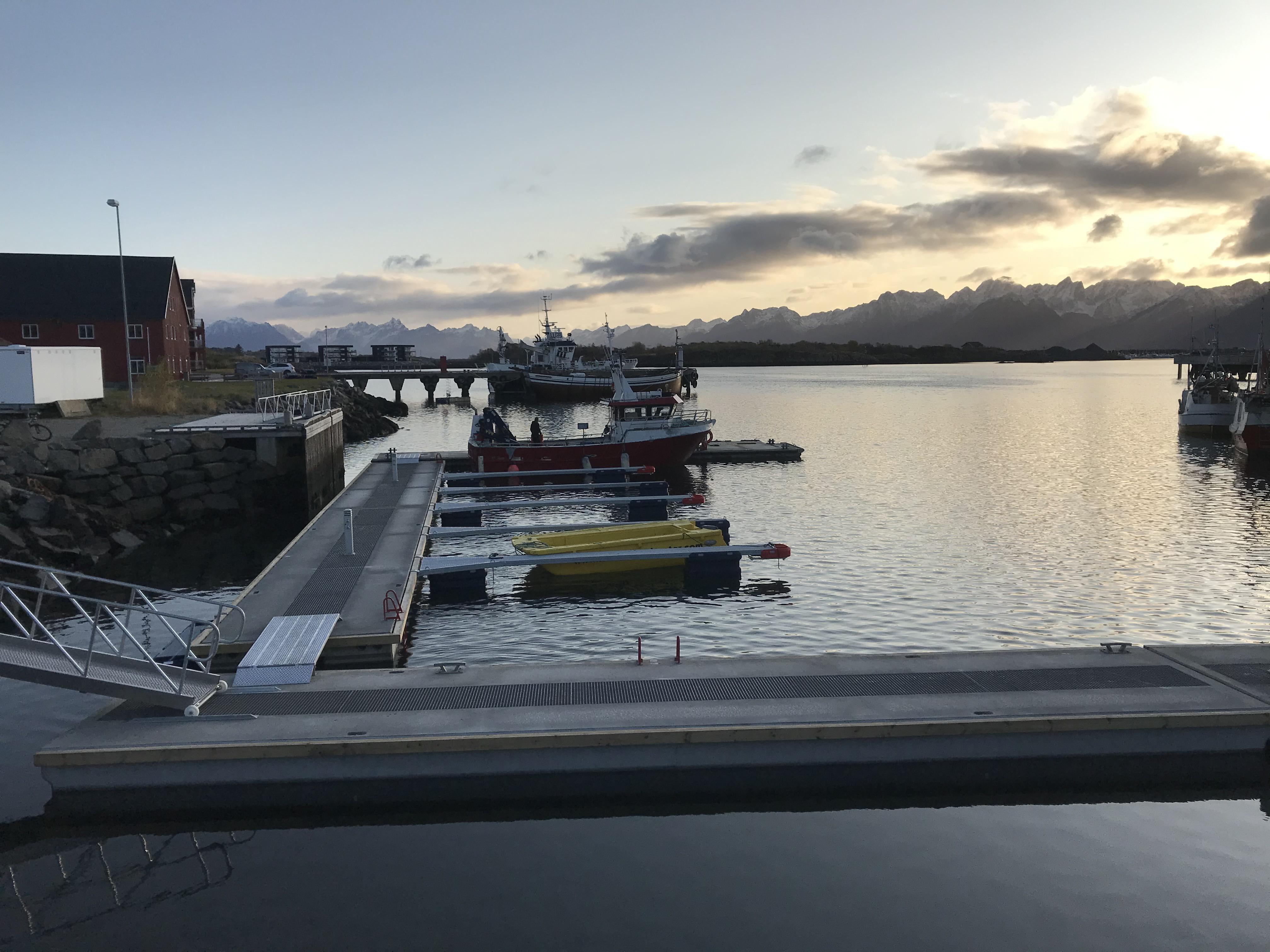 https://www.marinasolutions.no/uploads/Hadsel-havn-melbu-snøfrie-betongbrygger-marina-solutions-Tallykey-strømposter.jpg