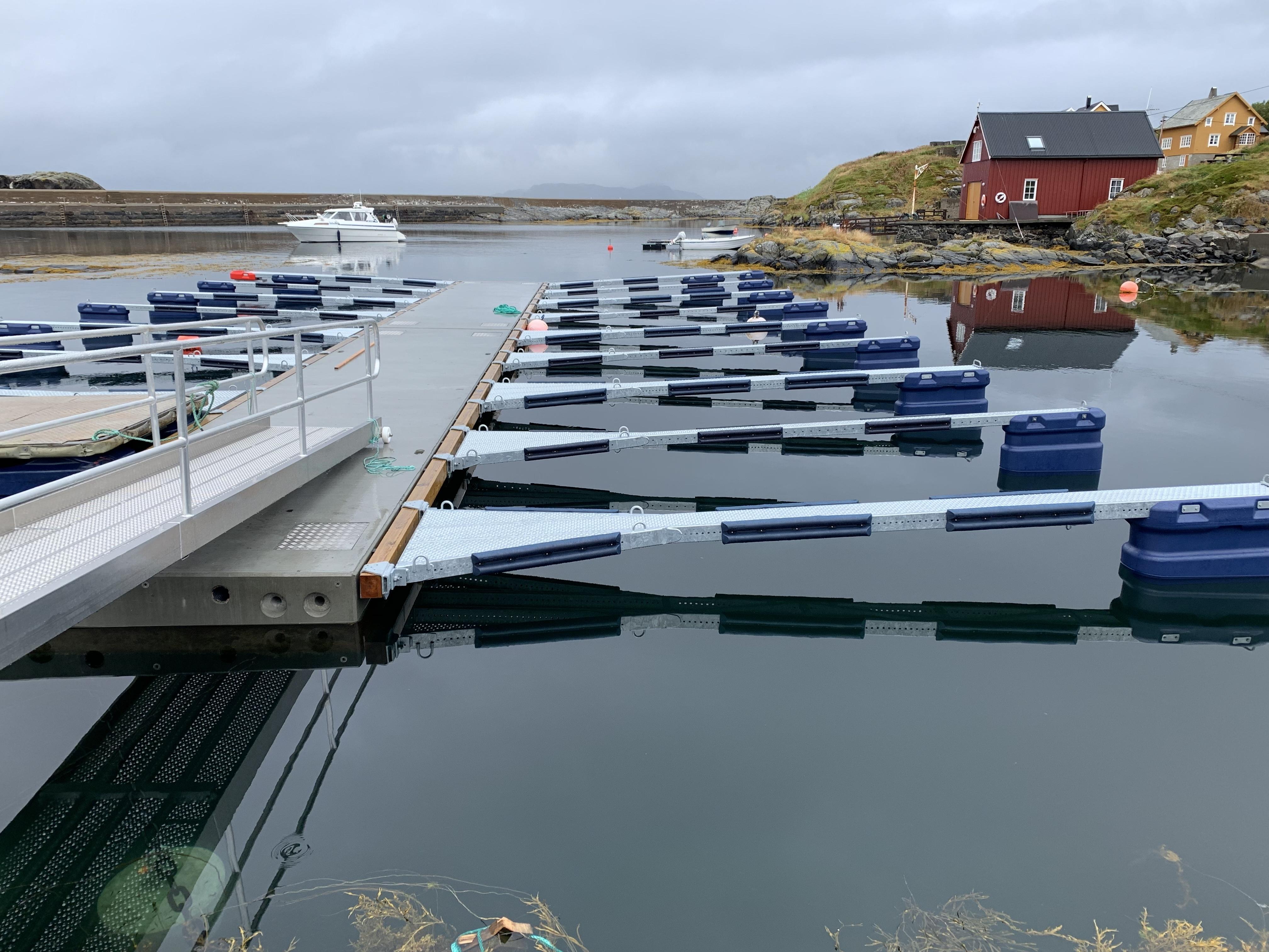https://marinasolutions.no/uploads/Hamnaberget-småbåtforening-nordre-bjørnsund-marina-solutions-betongbrygger-sklisikre-utriggere-2.jpg
