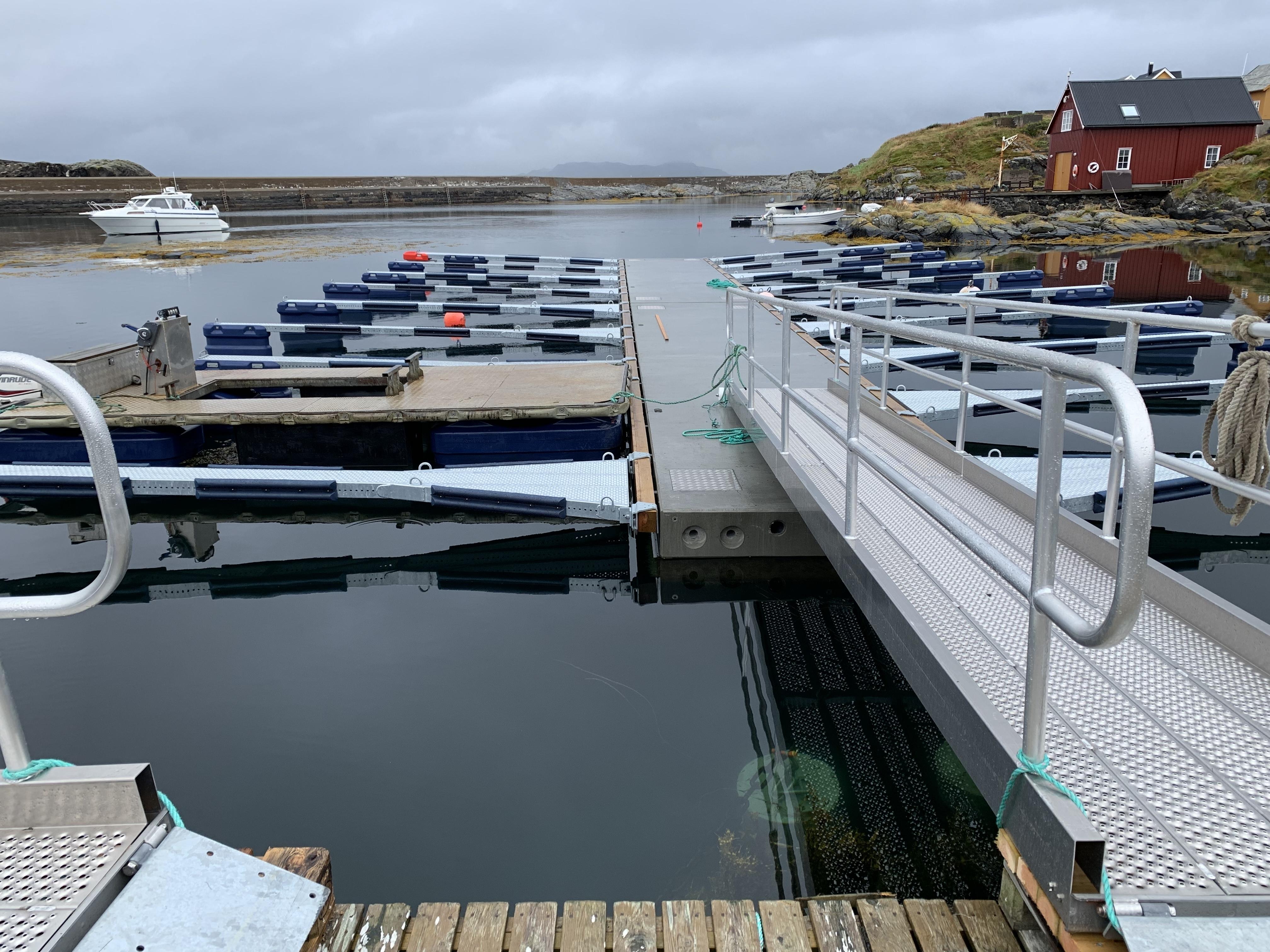 https://marinasolutions.no/uploads/Hamnaberget-småbåtforening-nordre-bjørnsund-marina-solutions-betongbrygger-sklisikre-utriggere-3.jpg