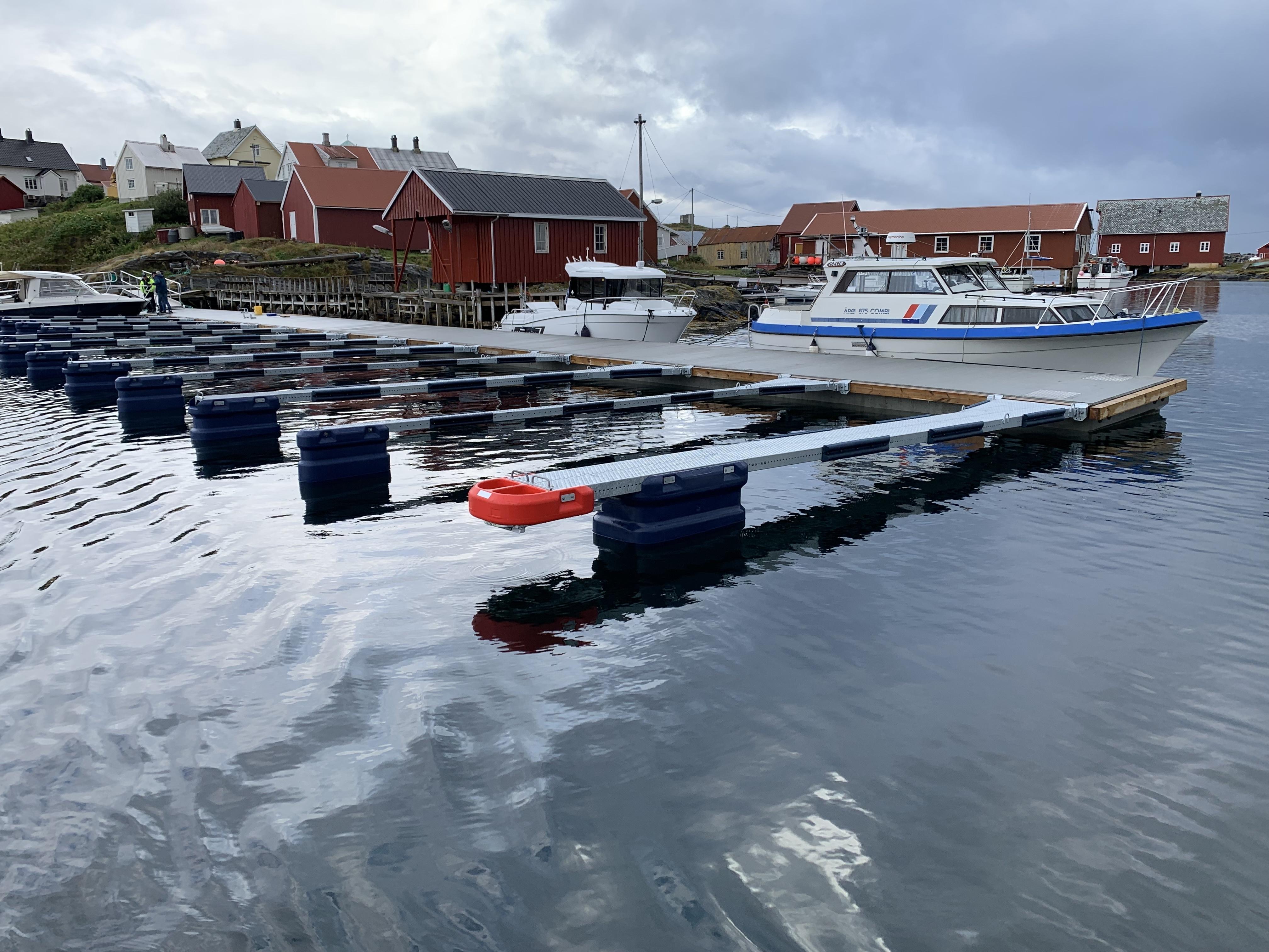 https://marinasolutions.no/uploads/Hamnaberget-småbåtforening-nordre-bjørnsund-marina-solutions-betongbrygger-sklisikre-utriggere-8.jpg