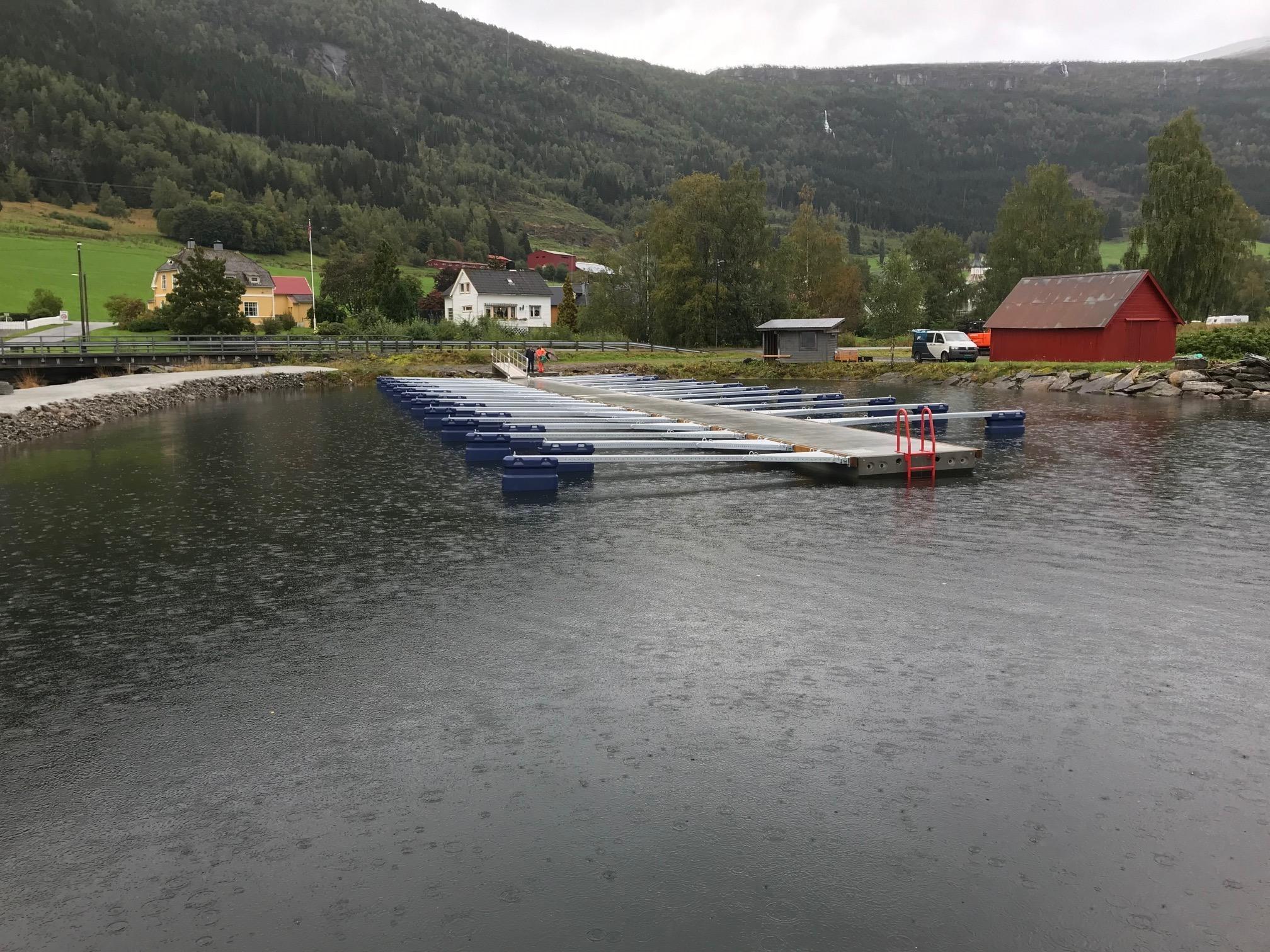 https://www.marinasolutions.no/uploads/Innvik-båtforening-småbåtsanlegg-sklisikre-utriggere-fortøyningsbommer-2.jpg