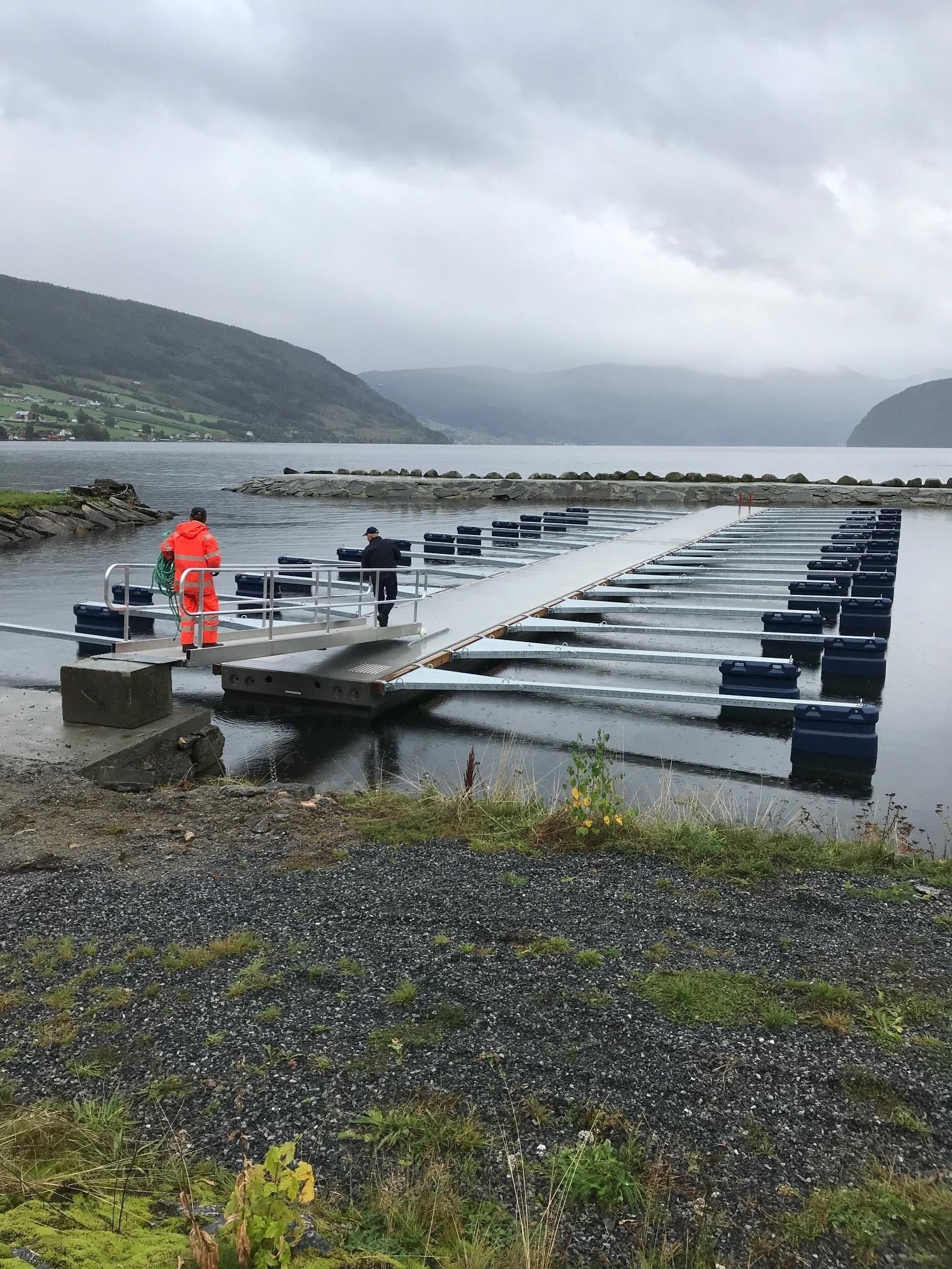 https://www.marinasolutions.no/uploads/Innvik-båtforening-småbåtsanlegg-sklisikre-utriggere-fortøyningsbommer-3.jpg