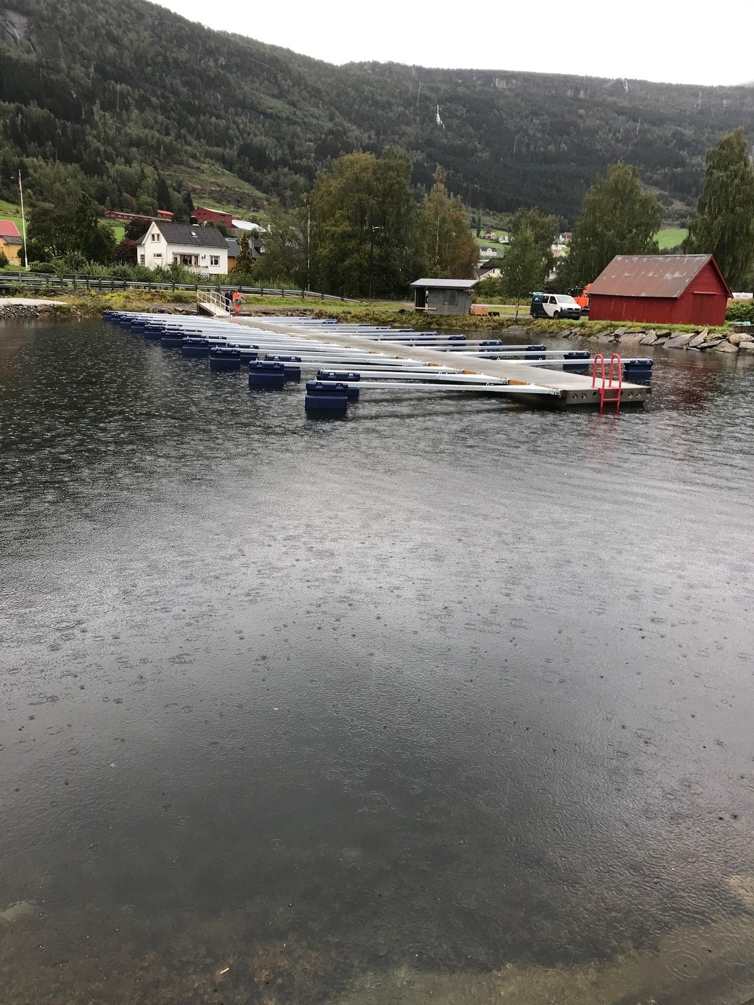 https://www.marinasolutions.no/uploads/Innvik-båtforening-småbåtsanlegg-sklisikre-utriggere-fortøyningsbommer-4.jpg