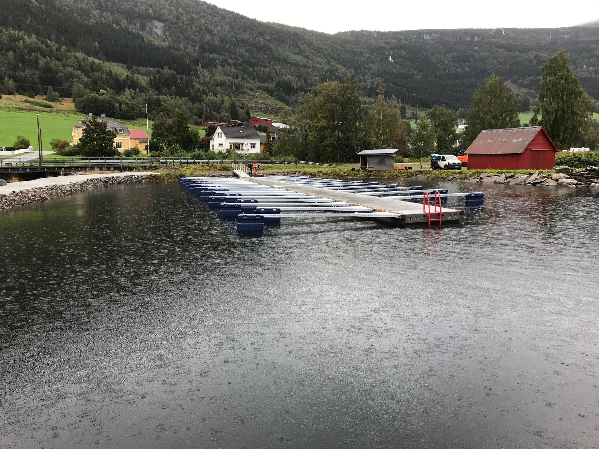 https://www.marinasolutions.no/uploads/Innvik-båtforening-småbåtsanlegg-sklisikre-utriggere-fortøyningsbommer-5.jpg