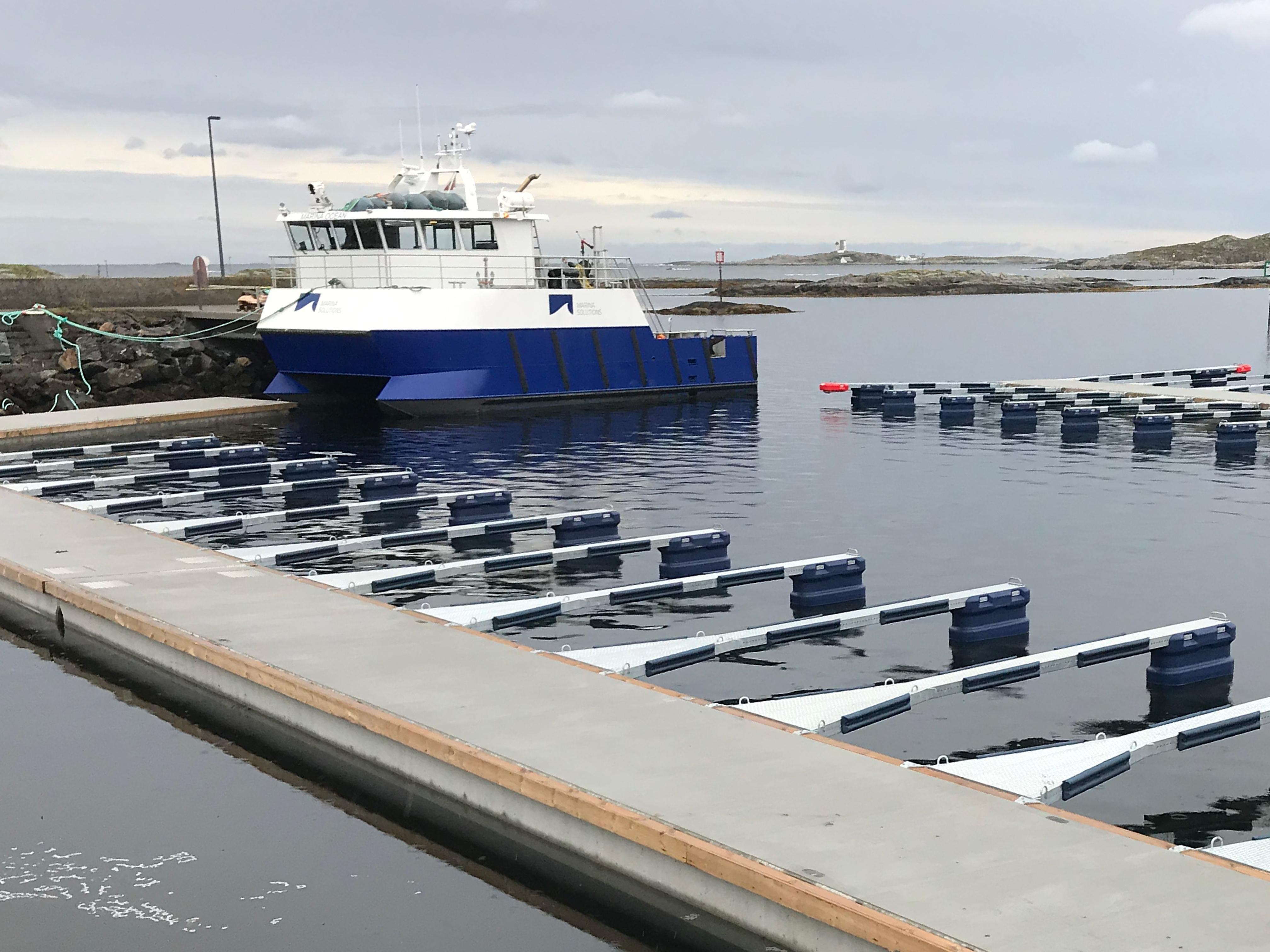 https://www.marinasolutions.no/uploads/Kråkholmen-småbåt-lag-marina-solutions-betongbrygger-betongflytebrygger-spesialvinkel-2.jpg