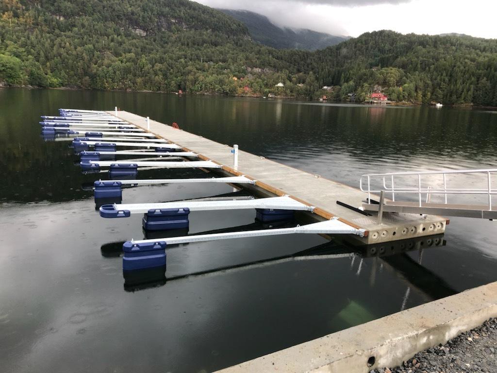 https://marinasolutions.no/uploads/Kvingo-Båtlag_marina-Solutions_betongbrygge_bølgedemper_syrefastepullerter_Tallykey-T4-1.jpg