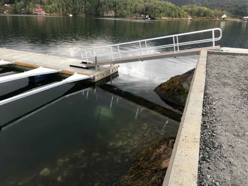 https://marinasolutions.no/uploads/Kvingo-Båtlag_marina-Solutions_betongbrygge_bølgedemper_syrefastepullerter_Tallykey-T4-3.jpg