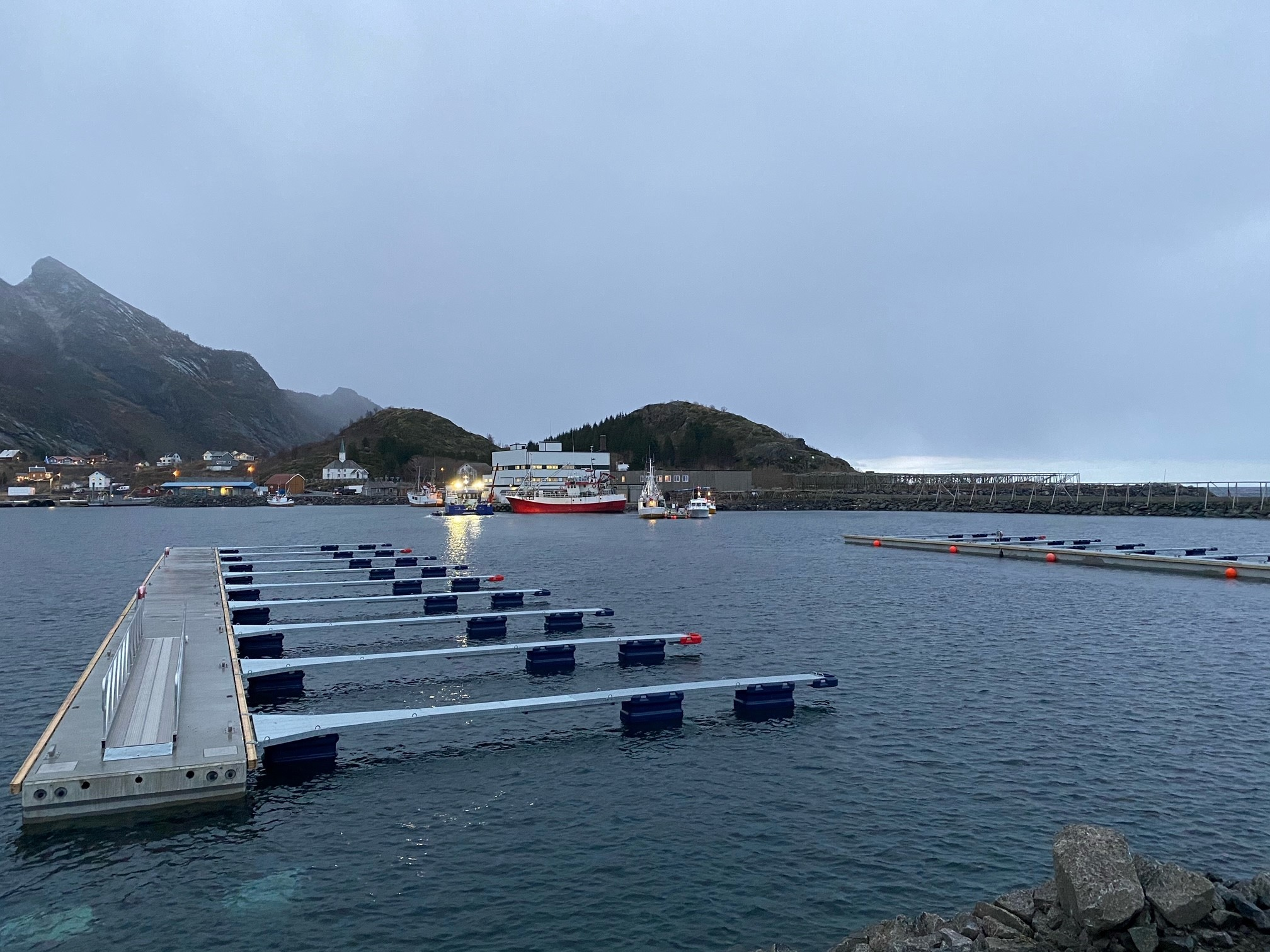 https://marinasolutions.no/uploads/Moskenesvågen-Fiskebåtlag_betongbrygger-og-utriggere-2.jpg