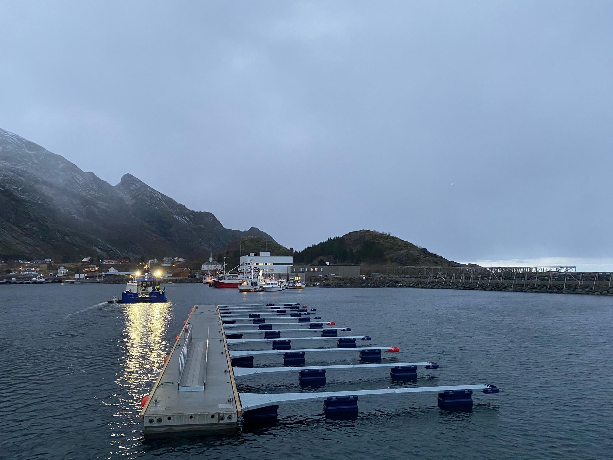 https://marinasolutions.no/uploads/Moskenesvågen-Fiskebåtlag_betongbrygger-og-utriggere-4.jpg