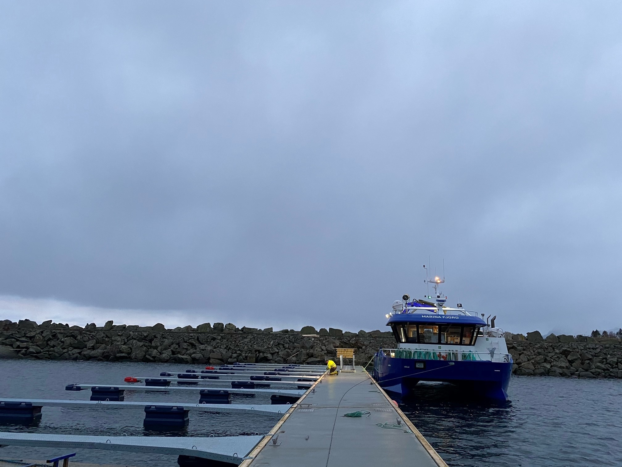 https://marinasolutions.no/uploads/Moskenesvågen-Fiskebåtlag_betongbrygger-og-utriggere-9.jpg