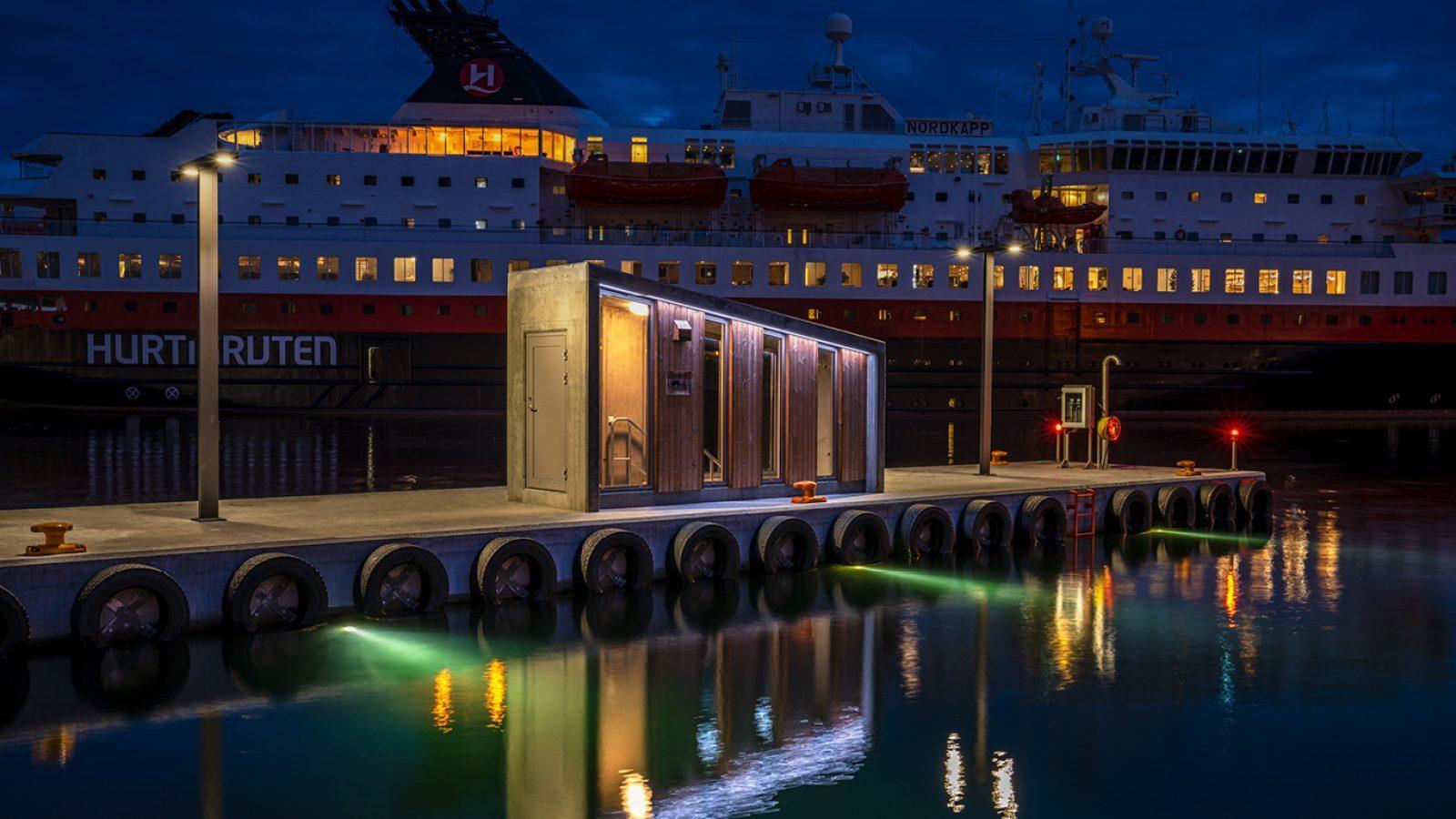 https://marinasolutions.no/uploads/Rådhusbrygga-by-night_Undervannsbelysning-Ålesund-havn.jpg
