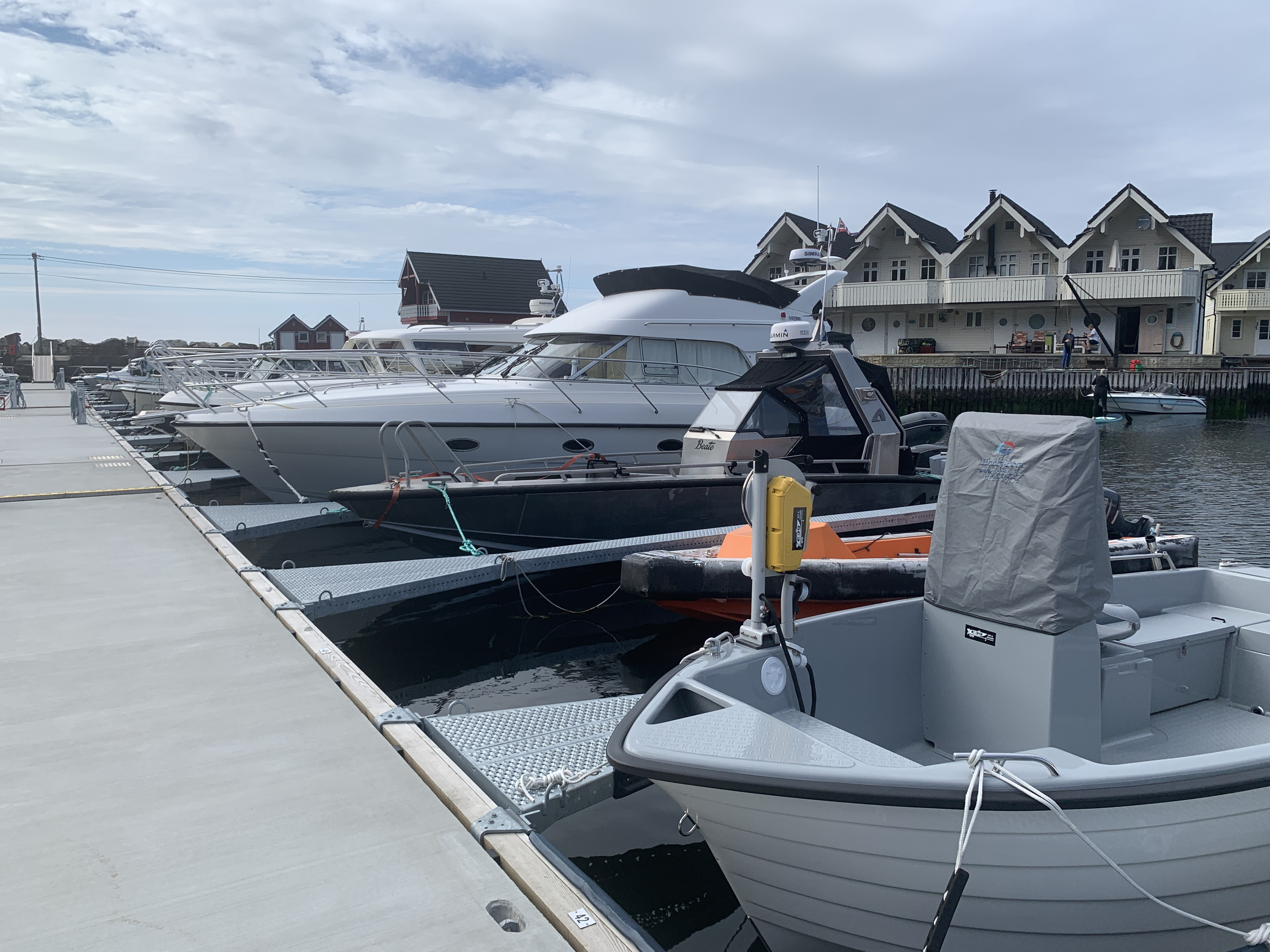 https://marinasolutions.no/uploads/Rabben-båtlag_-Marina-levert-av-Marina-Solutions_Etnebrygga-8.JPG