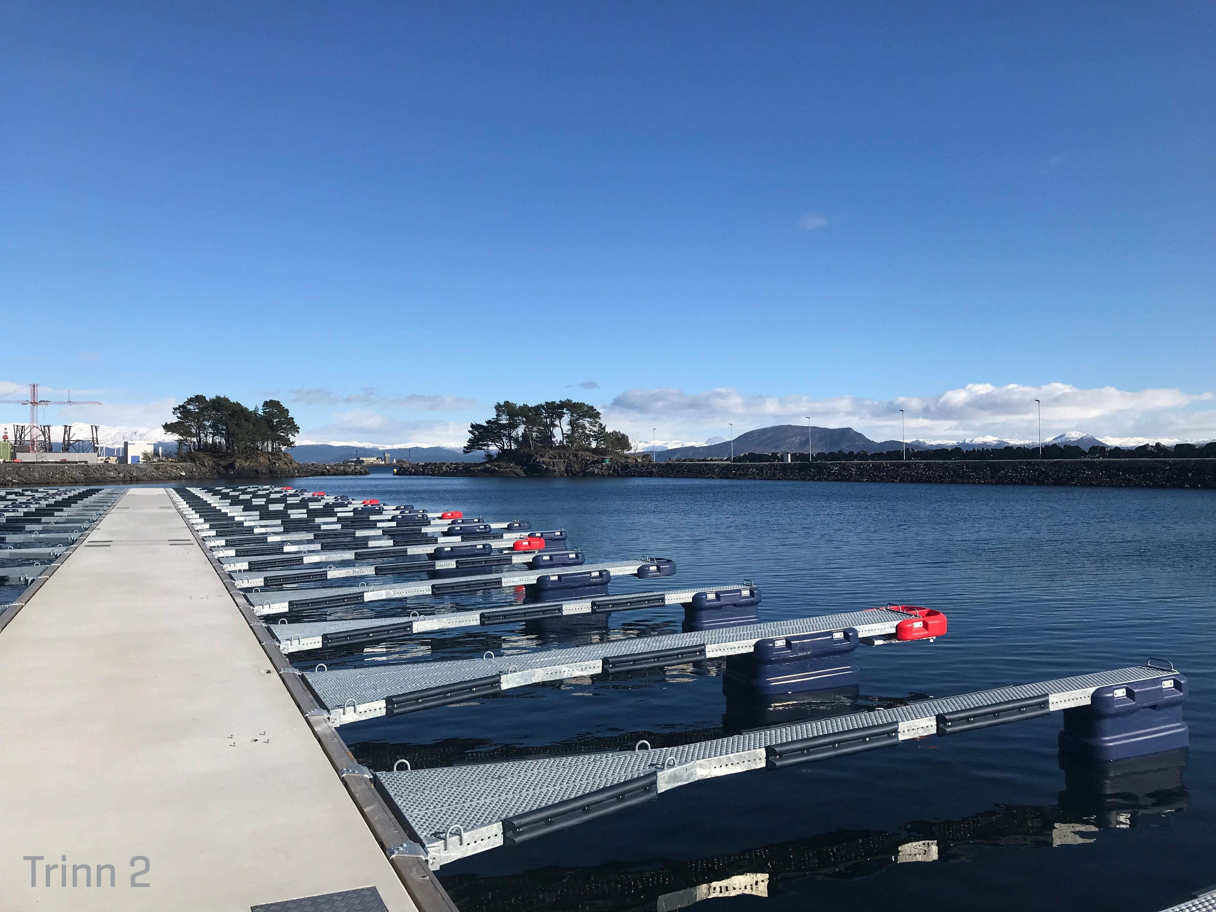 https://www.marinasolutions.no/uploads/Skjersholmane-båthavn-forlengelse-tallykey-marina-solutions-fenderlister-betongbrygger-4-trinn-2.jpg