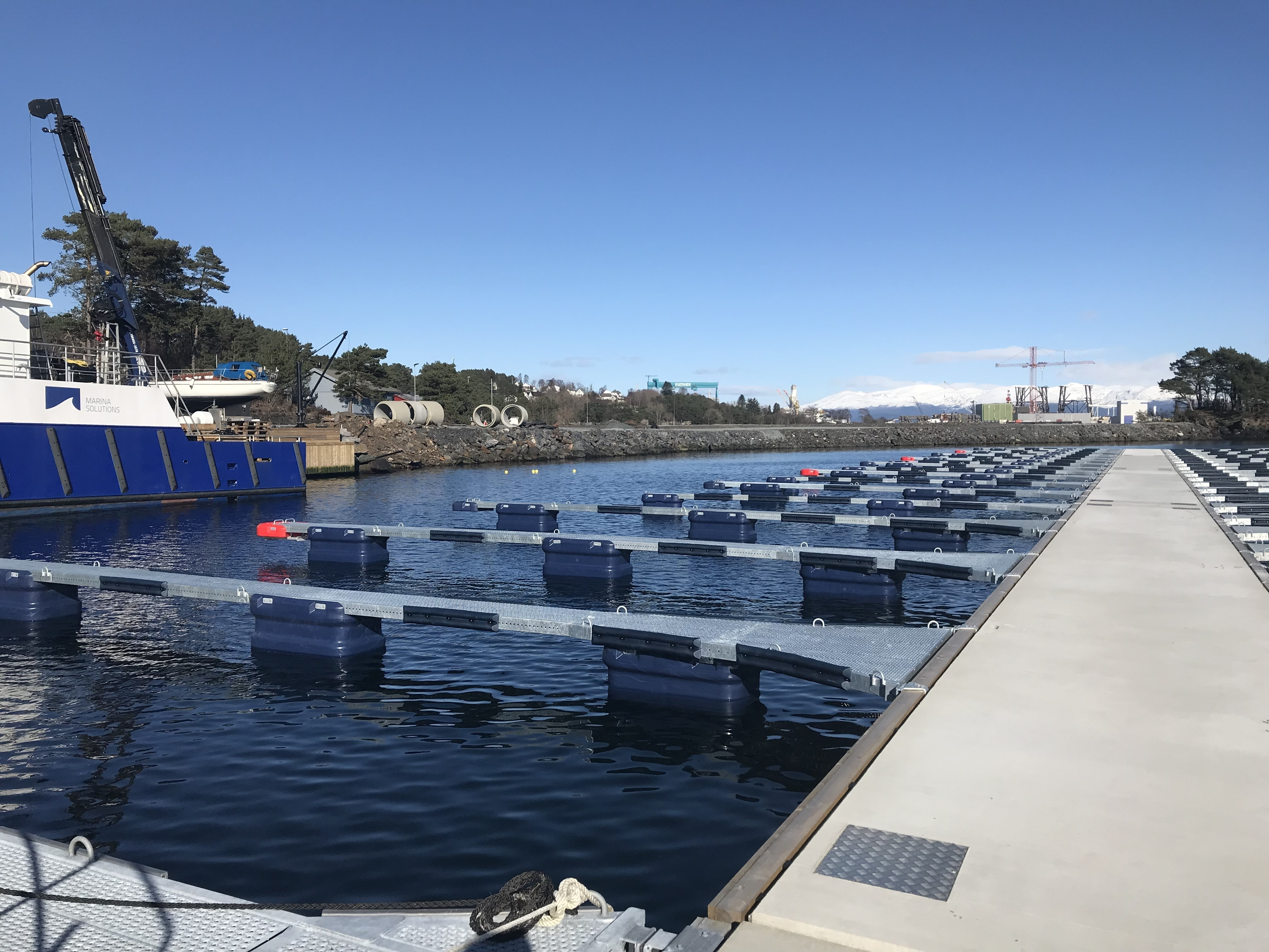 https://www.marinasolutions.no/uploads/Skjersholmane-båthavn-forlengelse-tallykey-marina-solutions-fenderlister-betongbrygger-6.jpg