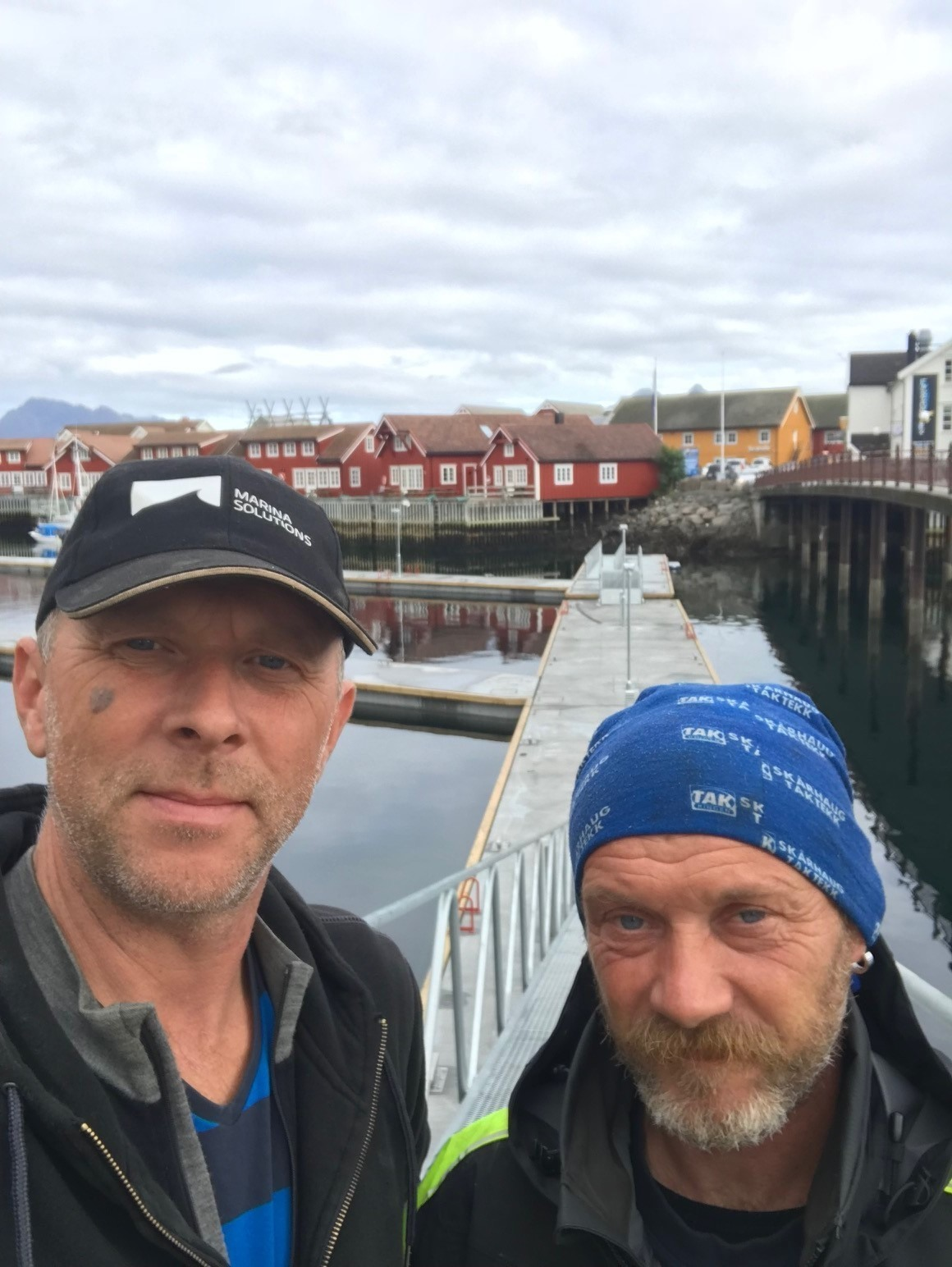 https://marinasolutions.no/uploads/Svolvær-Marina-solutions-flytebrygger-Leif-Petter-Vartdal-Erling-Berge-montører-2.jpg