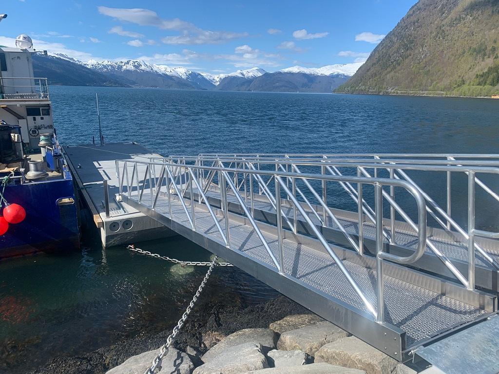 https://www.marinasolutions.no/uploads/Vik-i-sogn-aluminiumslandganger-tenderbrygge.jpg