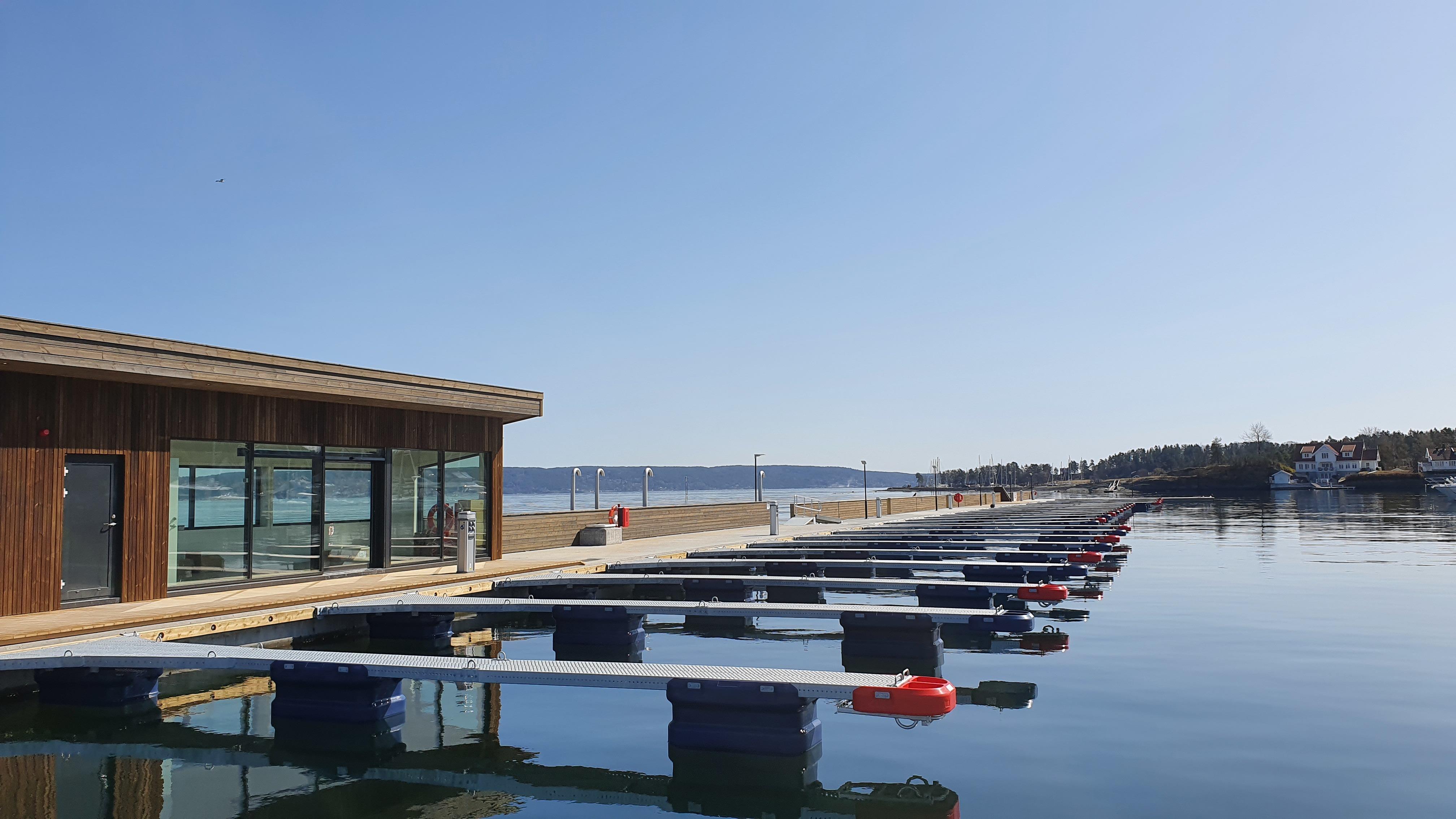 https://marinasolutions.no/uploads/Vollen-Marina-gjestehavn-og-flytemolo-3.jpg