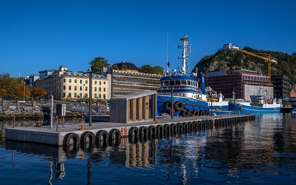 https://marinasolutions.no/uploads/Web_Ålesund-Havn_flytekaianlegg-med-båt2.jpg