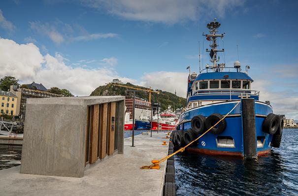 https://marinasolutions.no/uploads/Web_Ålesund-Havn_trappehus-og-båt.jpg