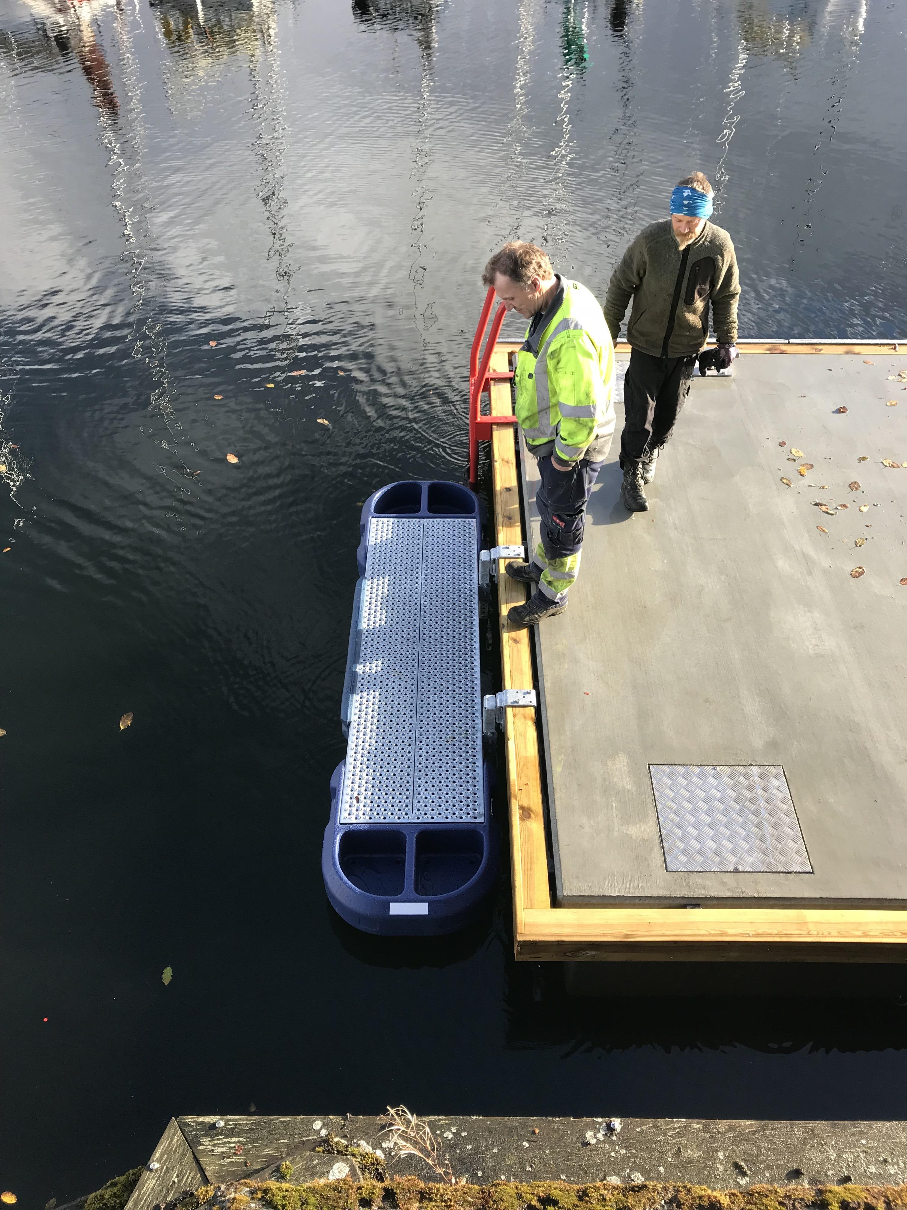 https://www.marinasolutions.no/uploads/kajakkplattform-Trondheim-havn-redningsleider.jpg